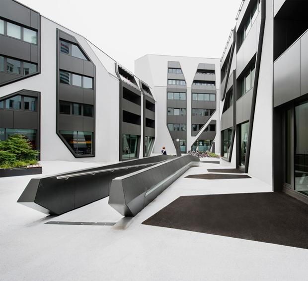 Архитектура дня: чёрно-белый квартал вцентре маленького города. Изображение № 2.