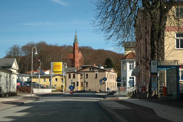 Один из небольших городков, расположенных на острове. Изображение № 16.