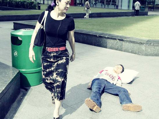 Пока ты спал:  Спящий приятель в публичных местах. Изображение № 9.