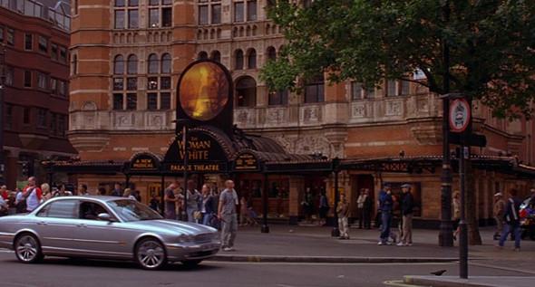 6. Palace Theatre  Краснокирпичное здание в Вест-Энде, построенное в конце XIX века, изначально было заточено под оперы, в XX столетии перешло на мюзиклы, а в 1983 году —под руководство Эндрю Ллойда Веббера. Сюда, на постановку его «Женщины в белом» по роману Уилки Коллинз, в одной из самых напряженных сцен «Матч Пойнта» спешит Крис, пряча в спортивной сумке ружье и улики.. Изображение №32.