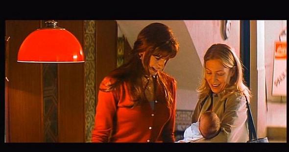 «Все о моей матери». Трансвестит Лола узнает, что у них с Мануэлой семнадцать лет был сын, с которым он так и не успел познакомиться. А мать монахини Розы обнаруживает, что за чудовище является родителем ее внука.. Изображение № 8.
