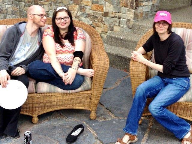 Томми Рефенс с сестрой и матерью (справа). Изображение № 1.