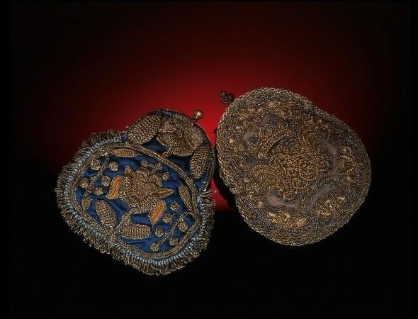 1680. Англия Кошельки были небольшими в первой половине семнадцатого века. Некоторые были сшиты из двух кусков ткани в виде квадрата или продолговатые, с двойной завязкой, были украшены кисточками.. Изображение № 12.