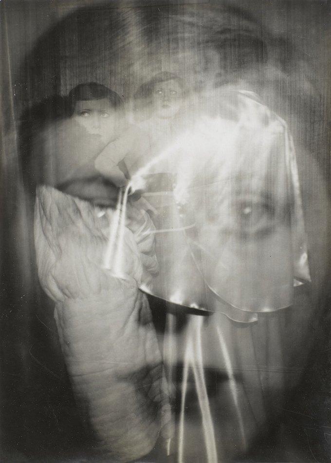 Жермена Круль. Автопортрет с камерой Ikarette. 1925. Изображение № 5.