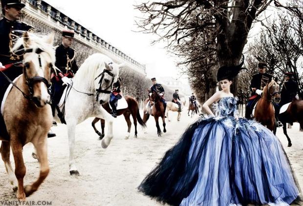 Кристен Стюарт позирует в Париже в одежде «от кутюр». Изображение № 1.