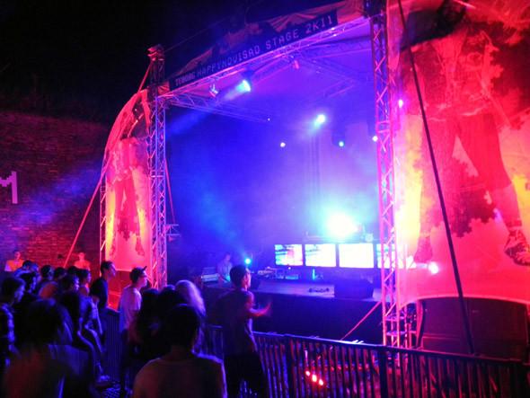 За Dance Arena спряталась небольшая сцена Happynovisad, райский уголок для всех любителей модерновой электроники, тут состоялись шоукейсы лейблов Swamp81 и Night Slugs. Изображение № 4.