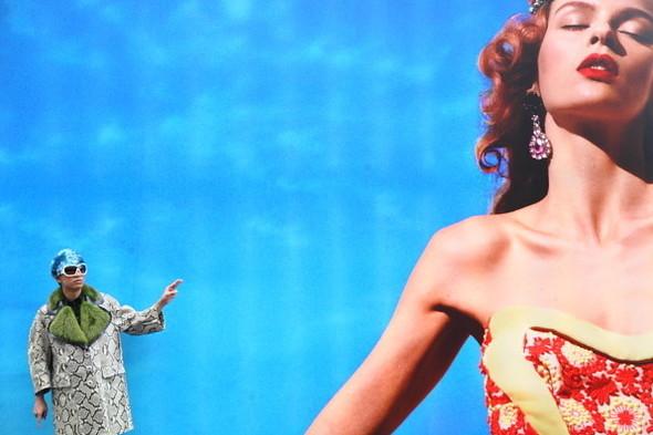 Брайан Бой на фоне рекламной кампании Prada SS 2012 в Токио. Изображение № 1.