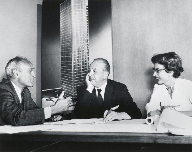 Филип Джонсон, Людвиг Мис ван дер Роэ и Филлис Ламберт обсуждают Сигрем-билдинг в 1955 году. Фото: dezeen.com. Изображение № 2.