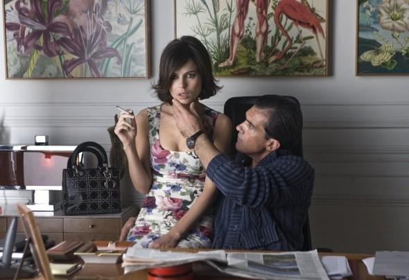 Платье Dolce & Gabbana играет в «Коже, в которой я живу» не последнюю роль.. Изображение № 28.