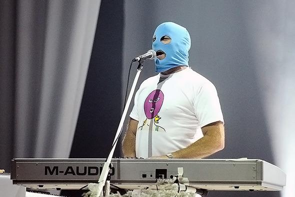 Faith no more, рок-группа. В финале выступления в Москве на сцену вышло несколько участниц Pussy Riot, а солист группы исполнил последнюю песню в цветной балаклаве на лице.. Изображение № 6.