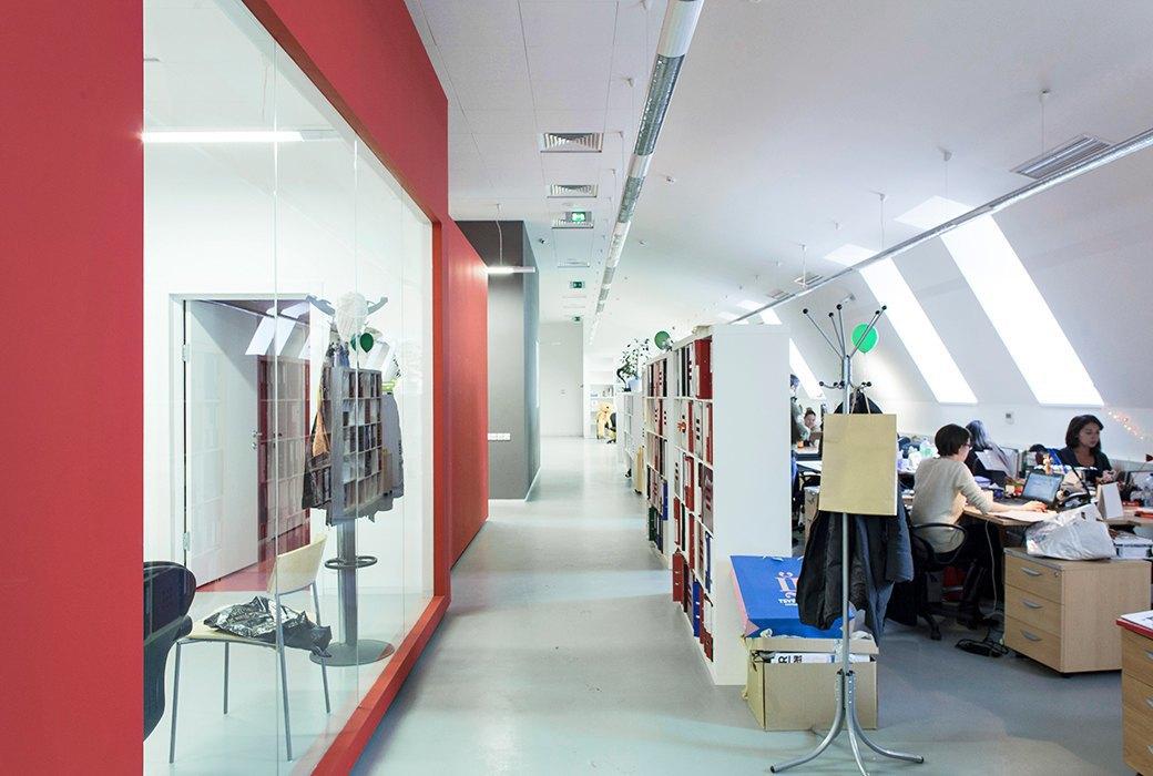 Лестница в никуда и хаски в московском офисе BBDO. Изображение № 14.