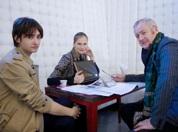 Главный редактор журнала Playing Fashion Роберт Мищенко, модель Алла Костромичева и журналист Годфри Дини. Изображение № 10.