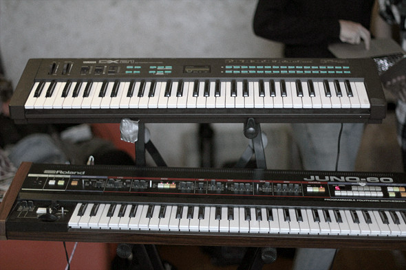 Сверху: синтезатор Yamaha DX21, снизу: синтезатор Roland Juno-60. Изображение № 31.
