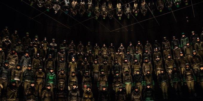 Moncler построили 12-метровую стену из 370 моделей. Изображение № 1.