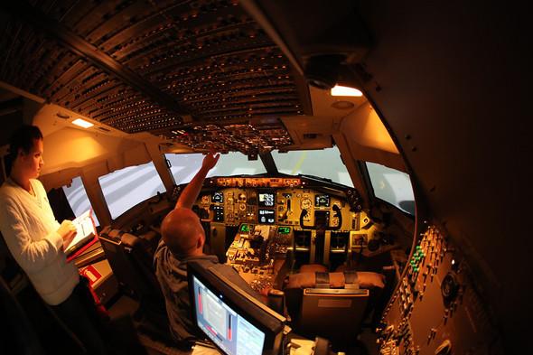 Фотографии изблогакомандира воздушного судна, который снимает про свою работу, рассказывает про детали полетов, про работу самолета ииллюстрирует это. Тот случай, когда профессионал-инсайдер может снять лучше фотографа.. Изображение № 4.