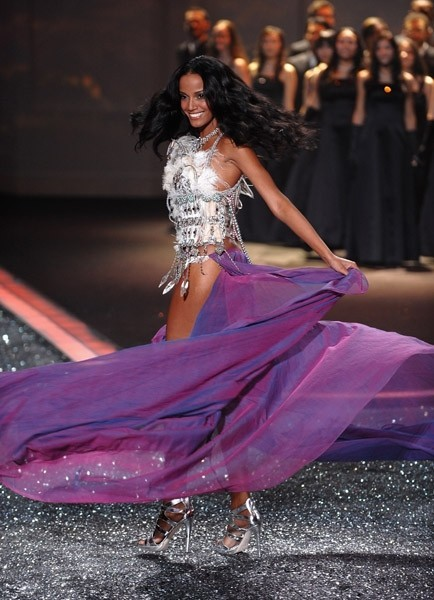 Victoria's Secret Fashion Show 2009–2010. Изображение № 20.
