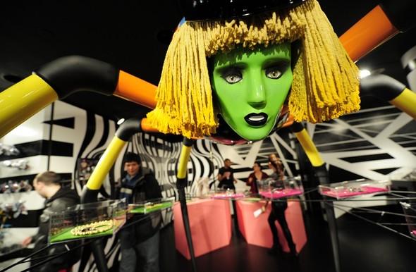 10 праздничных витрин: Робот в Agent Provocateur, цирк в Louis Vuitton и другие. Изображение № 45.