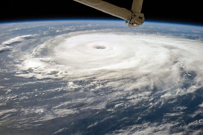 """Ураган """"Эдуард"""" над Атлантическим океаном. Фото астронавтов МКС. Изображение № 7."""