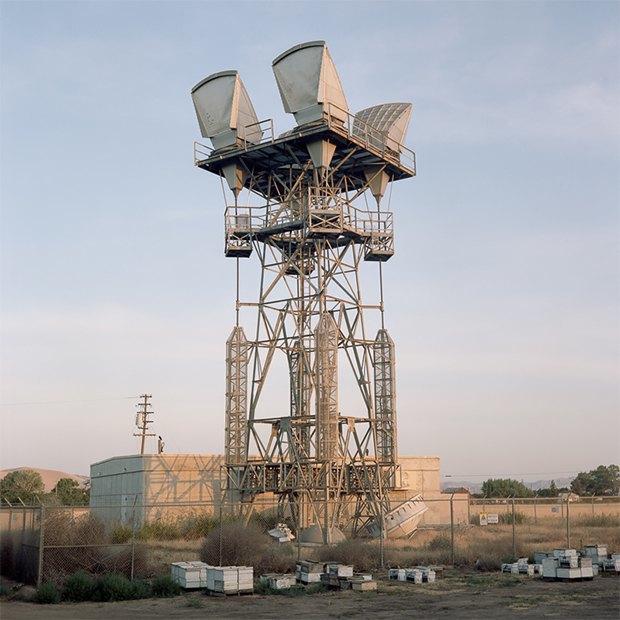 Заброшенные телефонные башни вгорах ипустынях . Изображение № 1.
