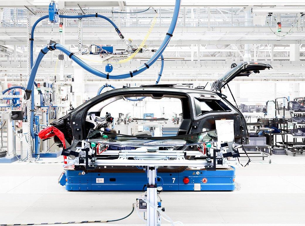 Фабрика BMW авторства Захи Хадид вызывает мурашки у роботов. Изображение № 16.