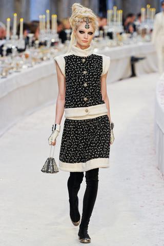Chanel показали пре-осеннюю коллекцию. Изображение № 18.