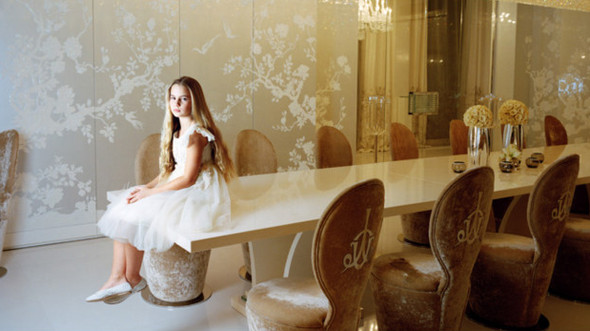 """""""Лиза восседает на обеденном столе"""", Москва 2010.  Любимое занятие Лизы – промчаться на скейтборде по белой, кристальной комнате своего дома. Еще она любит играть в футбол. По ее позе можно догадаться, что в голове она считает минуты до окончания фотосессии. И до того момента, когда можно будет выпрыгнуть из платья, в которое ее заботливо одела мама специально для съемок.. Изображение № 10."""