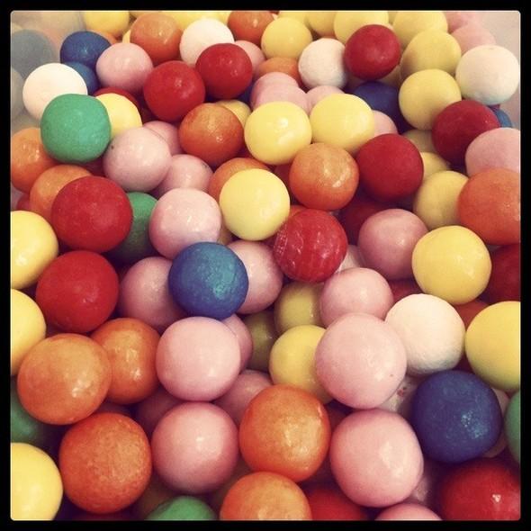 Я очень люблю сладкое и в особо тяжелые дни поднимаю себе настроение всякими сладкими вредностями. Так, мимо магазина сладостей в «Метрополисе» мне пройти очень сложно. Изображение № 12.