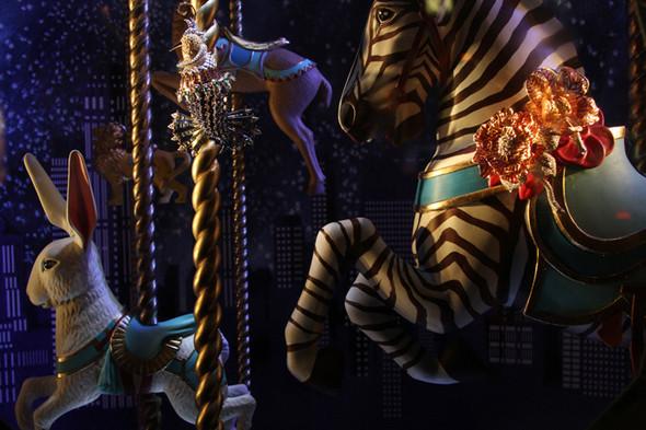 10 праздничных витрин: Робот в Agent Provocateur, цирк в Louis Vuitton и другие. Изображение № 56.