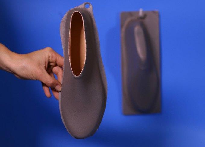 Дизайнер показала дешёвую обувь из одного куска «резиновой пластмассы». Изображение № 7.