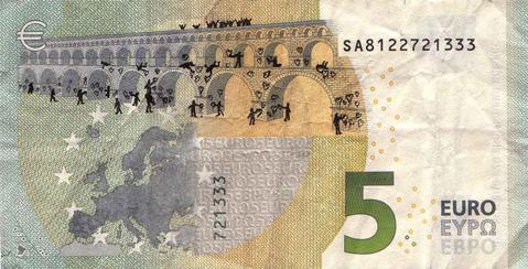 Художник в знак протеста изрисовал банкноты на 3555 евро. Изображение № 28.