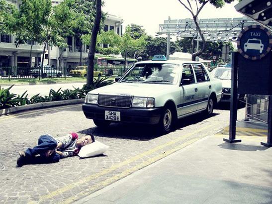 Пока ты спал:  Спящий приятель в публичных местах. Изображение № 4.
