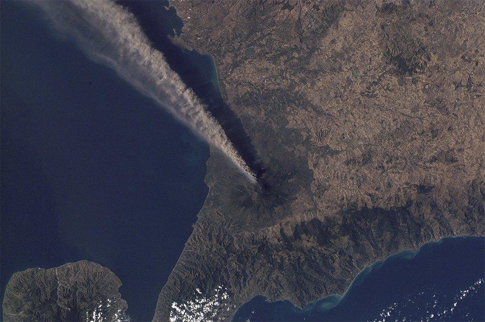 Как выглядит из космоса извержение вулкана. Изображение №14.