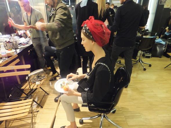 На бэкстейдже показа Dolce & Gabbana. Изображение № 27.