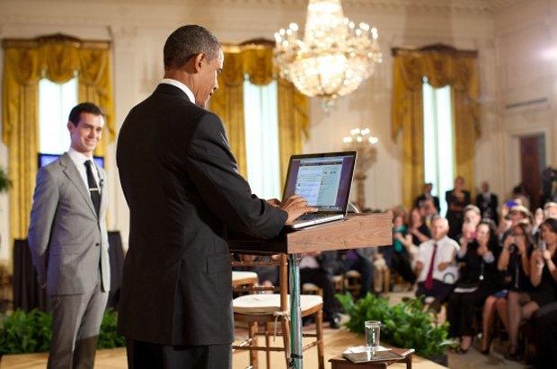 Действующий президент США Барак Обама использует Twitter в присутствии Джека Дорси, создателя сервиса. Изображение № 1.
