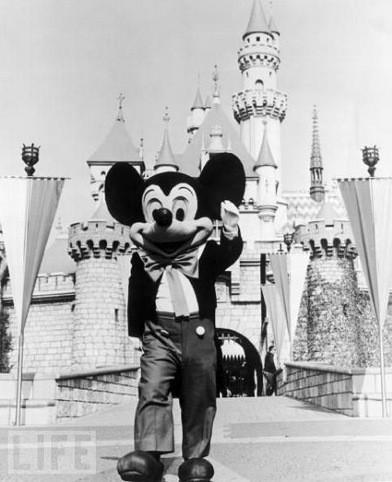 Микки Маус встречает гостей в первом Диснейленде, 1955 г.. Изображение № 32.