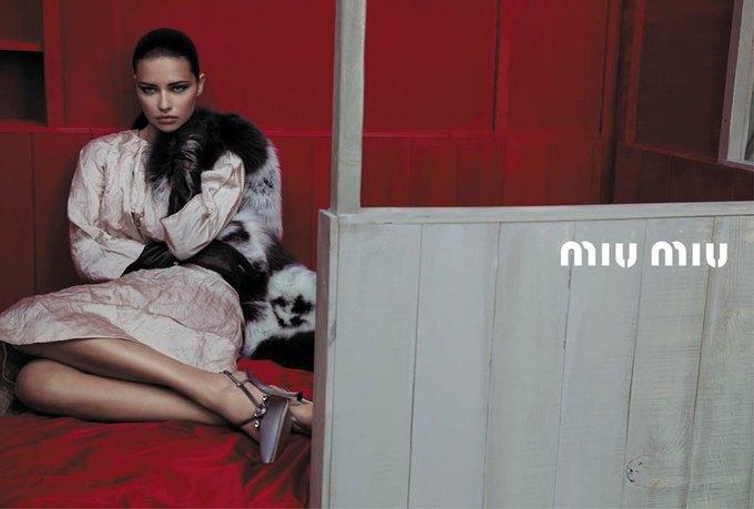 Max Mara, Prada и другие марки выпустили новые кампании. Изображение № 47.