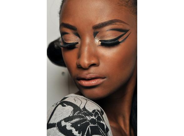 Перевести стрелки: тенденции макияжа FW 2010. Изображение № 13.