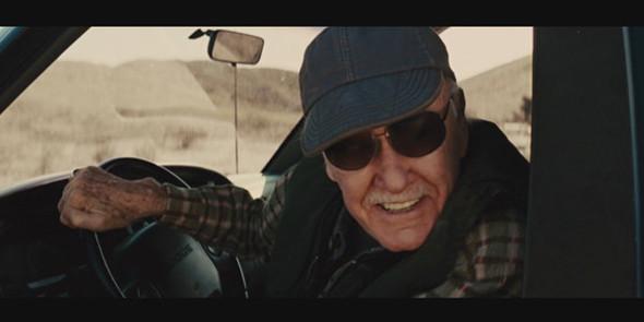 Водитель, который пытается вытянуть молот Тора с помощью своей машины в «Торе».. Изображение №75.