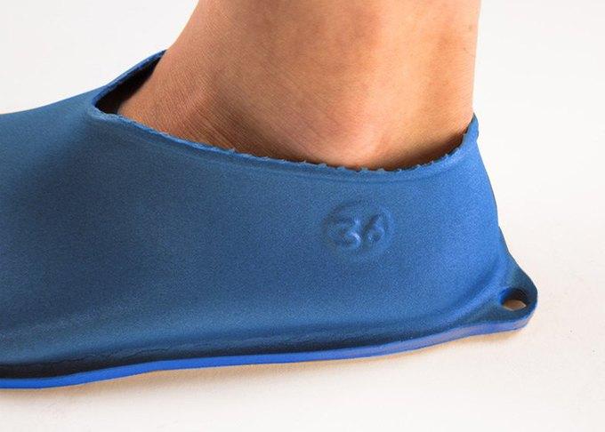 Дизайнер показала дешёвую обувь из одного куска «резиновой пластмассы». Изображение № 2.
