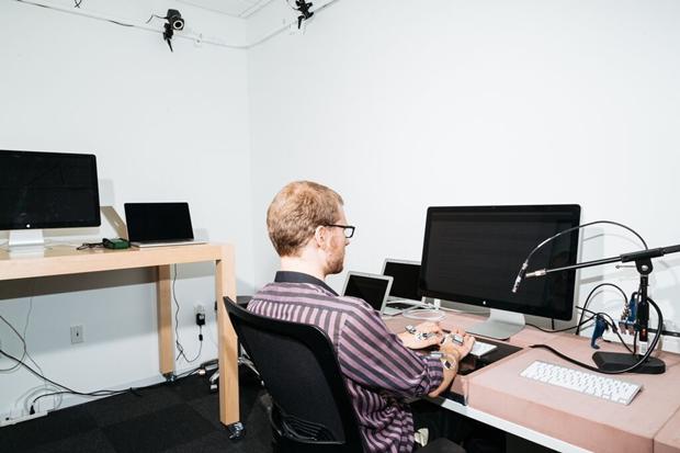 Блог рассказал о работе лаборатории Apple для испытаний клавиатур. Изображение № 2.