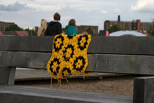 Бомбардировщики пряжей одевают улицы ввязаное граффити. Изображение № 6.