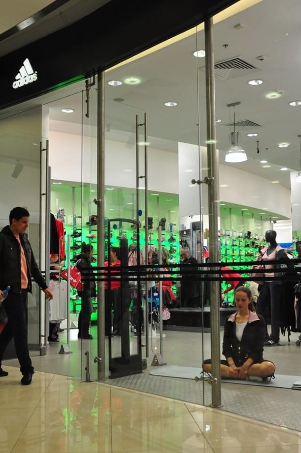 «Живая витрина йоги» в магазинах adidas. Изображение № 1.
