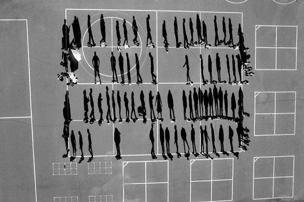 Дрон автора фотографирует людей, которые, по его мнению, занимаются тем же, что и погибшие от ударов военных беспилотных аппаратов на Ближнем Востоке / Автор: Tomas Van Houtryve. Изображение № 10.