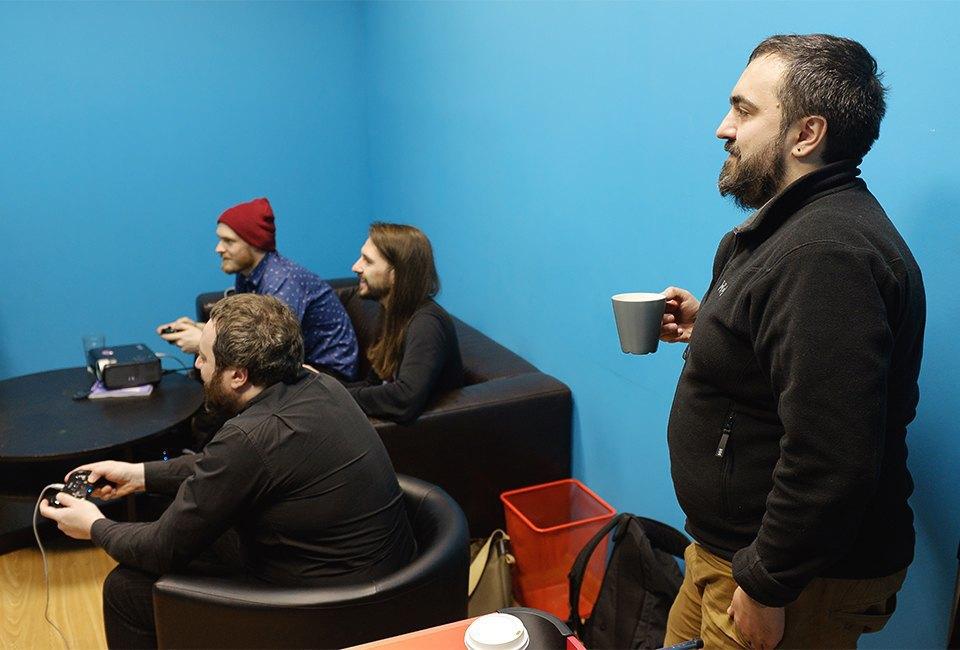 Пять взрослых мужчин устраивают драку с Пикачу, Марио и Соником. Изображение № 27.