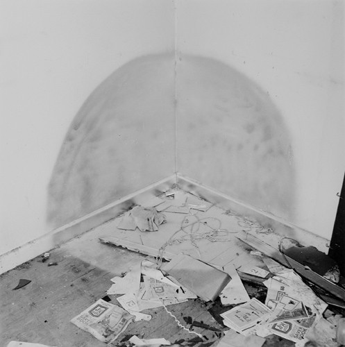 John Divola. Фотографический вандализм. Изображение № 5.