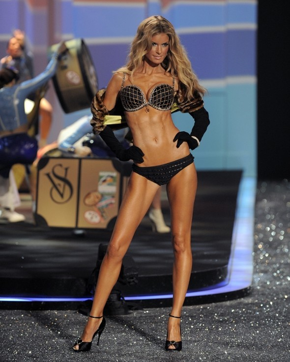 Victoria's Secret Fashion Show 2009–2010. Изображение № 25.