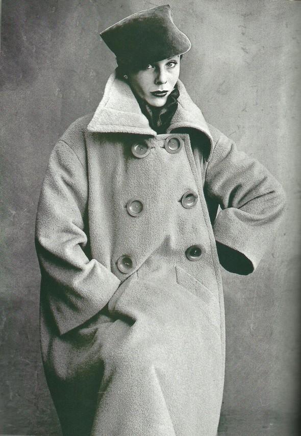 Архивная съёмка: Модели и дизайнеры в объективе Ирвинга Пенна для Vogue, 1995. Изображение № 5.