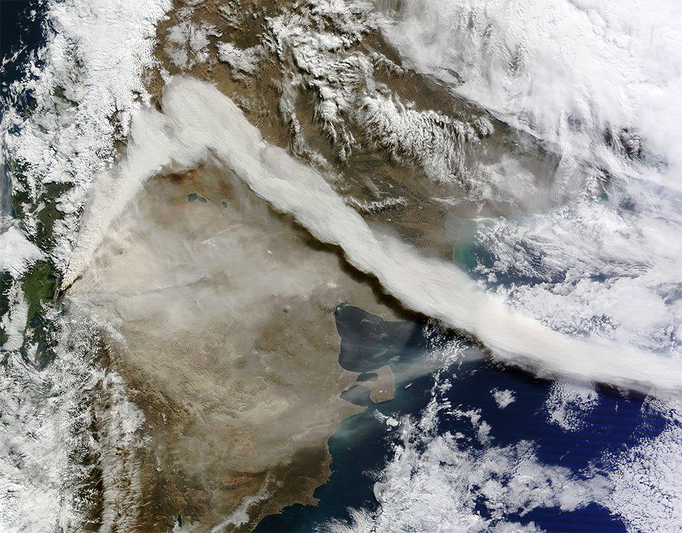 Как выглядит из космоса извержение вулкана. Изображение №7.