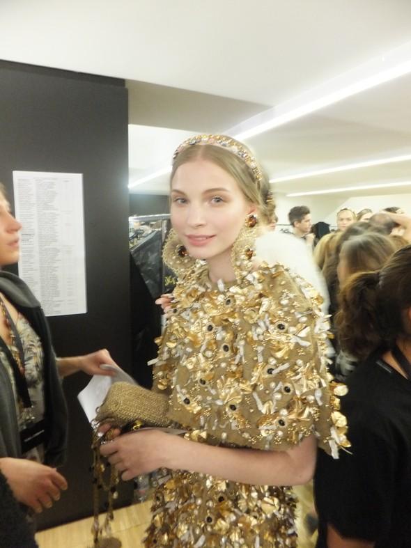 На бэкстейдже показа Dolce & Gabbana. Изображение № 17.