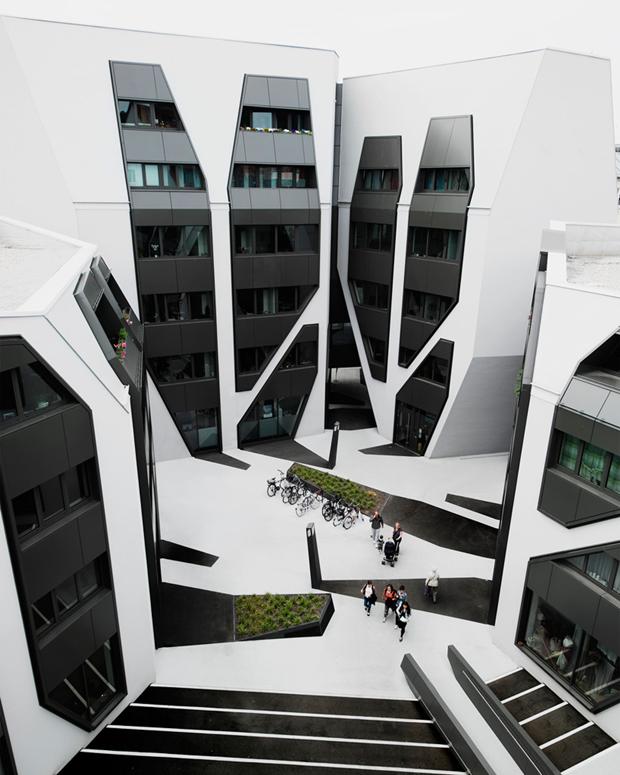 Архитектура дня: чёрно-белый квартал вцентре маленького города. Изображение № 1.